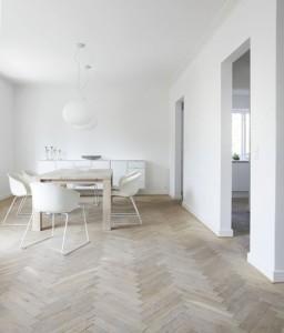 床や家具などに自然素材が使われている塩系インテリア