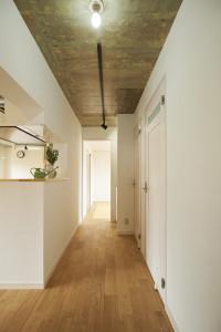 2-2_玄関を開けて広がる、ナチュラルな空間