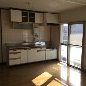 5-1_こだわりのモルタル腰壁で作られた、カフェ風カウンターキッチン