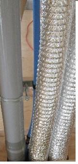 床下点検口から見た排水管