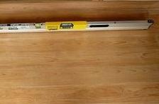 床面にデジタル水平器を当てて、床の傾きを検査