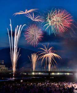 【小田原酒匂川花火大会】一万発の花火が夜空を彩る!心に響く音と光のアート