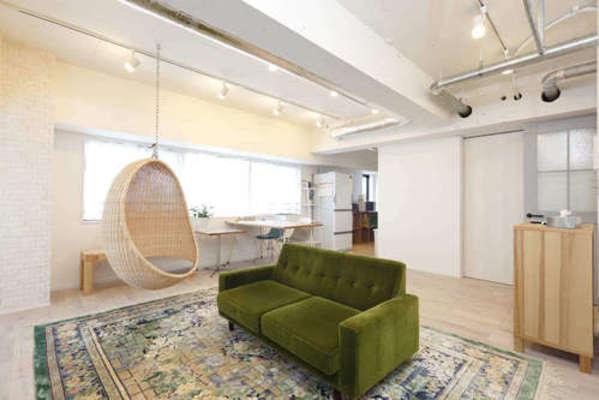 白く塗装した天井のリフォーム例。コンクリート現しで開放的な印象。