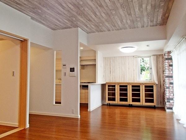板目のラインで「面の広がり」を感じさせる天井リフォームの例。