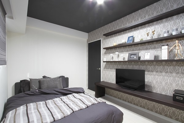 寝室の天井リフォーム例。落ち着いた色味が安眠を誘う