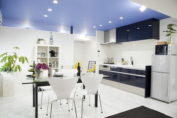 ビニールクロスの施工例。鮮やかなブルーのクロスで爽やかな印象。