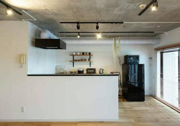オープン型キッチンの例。こちらは片方を壁にくっつけたペニンシュラ型。