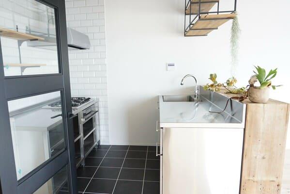 オーダーキッチンの例。オールステンレスで、オーブンと食洗機をビルトイン。