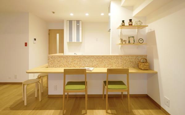 冷蔵庫や電子レンジといったキッチン家電を目隠しする袖壁