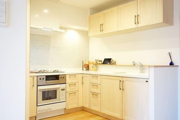 ビルトインオーブンの施工例。オーブンや食洗機をワークトップ下にビルトインすることで、省スペースにつながる
