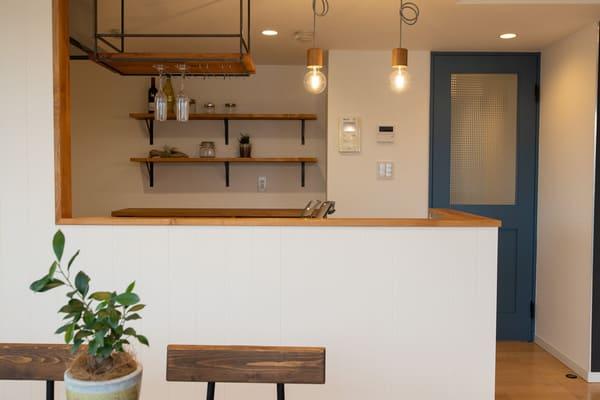 吊り棚とグラスホルダーの施工例。見せるキッチン収納の代表的な例。
