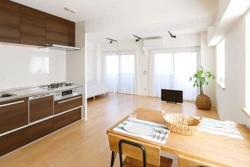 明るい色の床は部屋を広く開放的に見せる