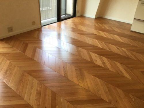 ヘリンボーンの床はクラシックで華やかな印象
