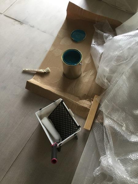 カラバケ(大きいハケ)、小さいハケ、ローラーの塗装キット。