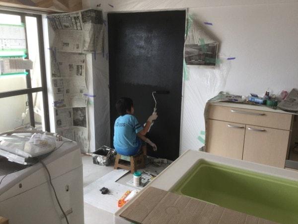 黒板塗装は塗り重ねを繰り返して完成します