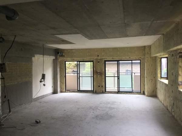 スケルトン状態のマンションの一室。内装も設備もすべて取り払い、コンクリートの躯体が剥き出しの状態。