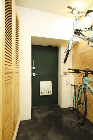 玄関のリフォーム例1。壁下地を補強してサイクルホルダーを取り付け、自転車を壁掛けにした。