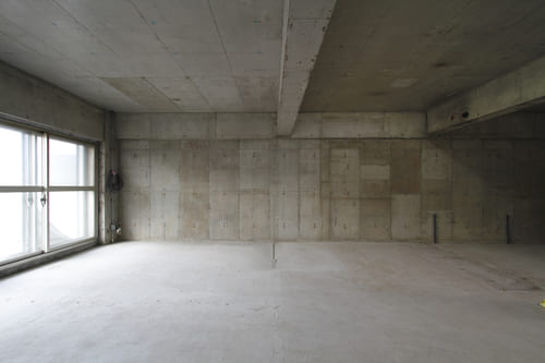 RC造のマンション。内装や住設機器を解体すると、コンクリートの躯体が現れる。