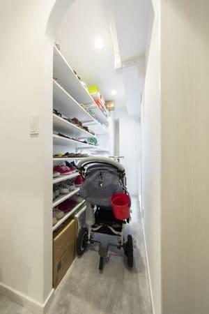 玄関のリフォーム例3。ベビーカーを畳まず出入りできる広さのシューズインクローゼット。