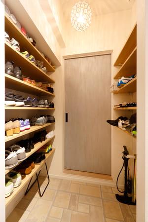 玄関リフォームやインテリアコーディネートのポイント1。玄関の照明は居室より暗めにすること(60Wくらい)。室内を明るく見せることができる。