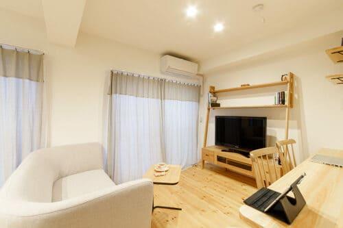 自分の生活音が、マンションのほかの住人の騒音被害にならないための対策例。テレビは壁から10cm離すとよい。