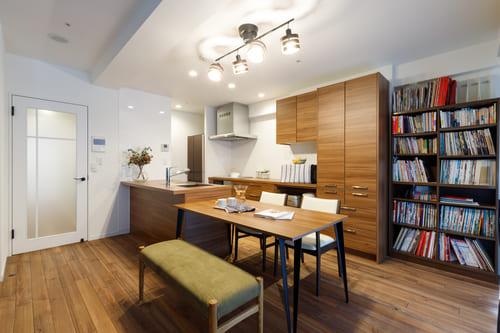 家具の配置でできる防音対策の例。壁一面を覆う本棚で音を吸収