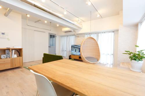 上質な木材でつくられたシンプルな家具