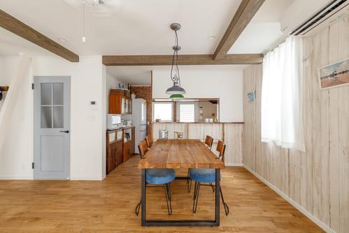 西海岸風インテリアのポイントは、板壁や木製家具といった「木」の使い方。シャビー感が吹きさらし風の、ラフな海の家を思わせる