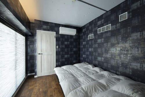 落ち着いた色味の内装と間接照明が安眠を誘う寝室のリフォーム事例