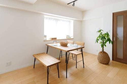 部屋の広さに応じてダイニングテーブルのデザインを変えると良い