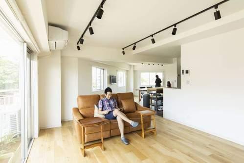 家族構成に応じたソファ選び。夫婦二人暮らしなら2~3人掛けがちょうどいいサイズ。
