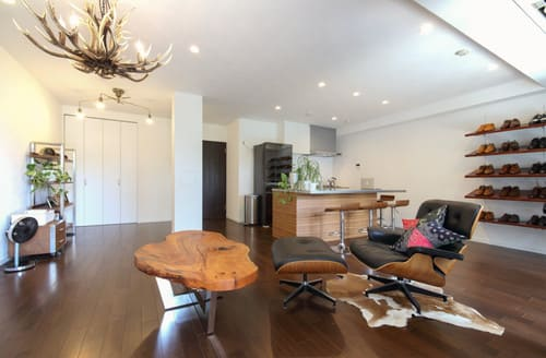 家具は背の順に、奥に向かって背が高くなるように置く。家具のない一帯を作る。の二点がポイント
