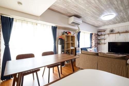 カーテンの選び方:家具が多いリビングは、全体のカラー配分のバランスを考えてカーテンを選ぼう