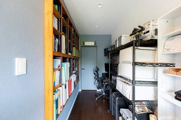 完成した本棚。角を丸く落とした棚板、ネイビーに塗装した内部…と、いわゆる日曜大工の範囲に収まらない本格的な仕上がり。