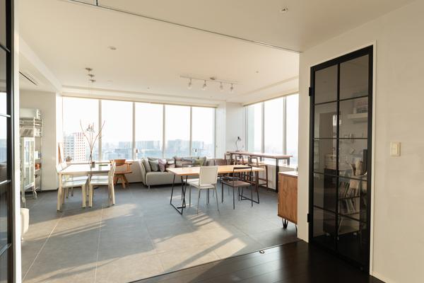 事例:https://hikarinobe.com/constructioncase/case_0037/より、漆喰の壁を施した部屋。クロスにはない素材感があり、機能性にも優れています。