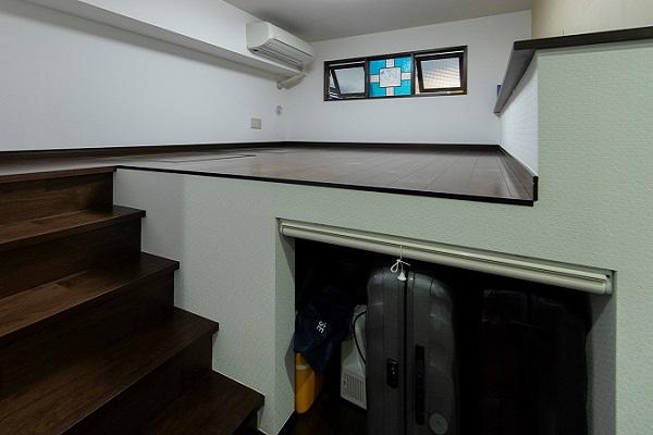 段差を利用した収納スペース事例https://hikarinobe.com/constructioncase/case_0066/