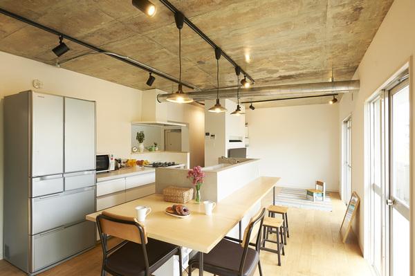 ▲テーブルとしても使えるキッチンカウンター(事例:https://hikarinobe.com/constructioncase/case_0019/)