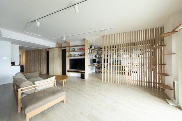 空間を格子で仕切り、家族の気配を感じられる空間にした事例