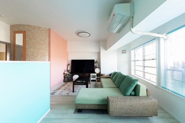 ブルーとピンクの壁が印象的な南国ホテルのようなリノベーション事例