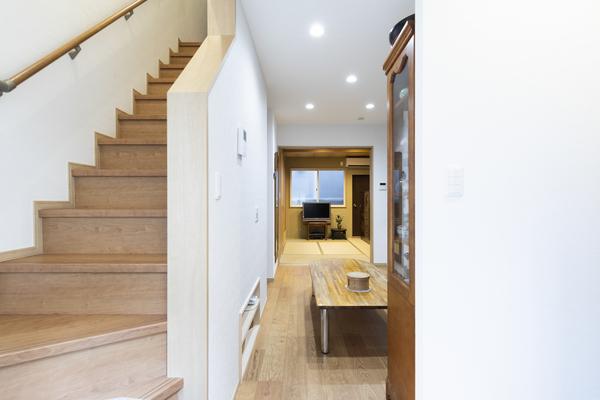 玄関すぐに階段。リビングにいる家族に挨拶。