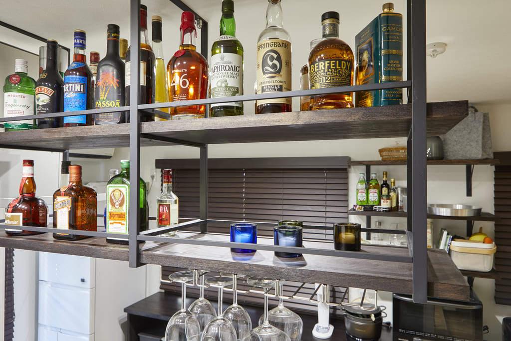 オープンな吊り棚にお酒をコレクション