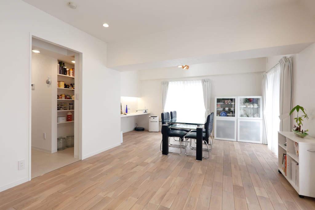 家事動線の良さを第一に考えた間取り。デザインは白をベースカラーとしてシンプルに、清潔感のあるインテリア。