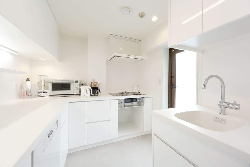 ダブルシンクのキッチン。一つは食材を洗ったり、料理に使うため。もう一つは汚れものを洗うために。