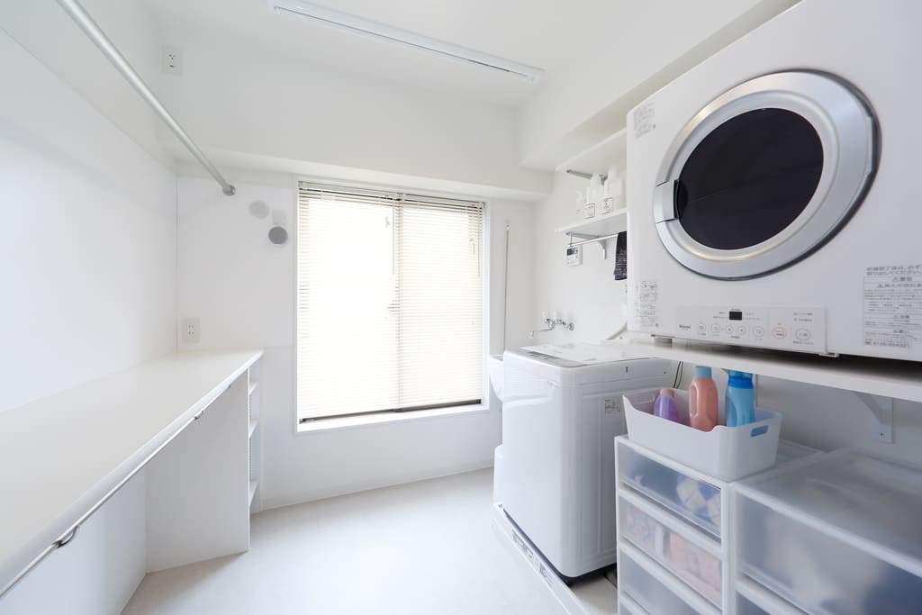 ランドリールーム。この一室内で選択・乾燥・アイロンがけが完結する。
