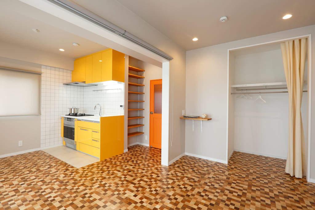 キッチンと建具にビビッドなアクセントカラーを効かせたインテリアコーディネート