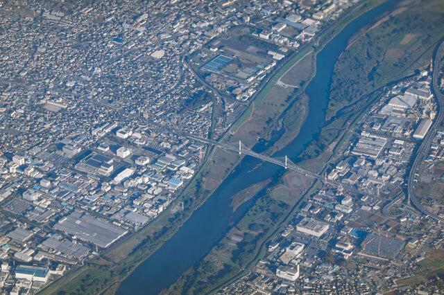 空から相模川に架かる湘南銀河大橋