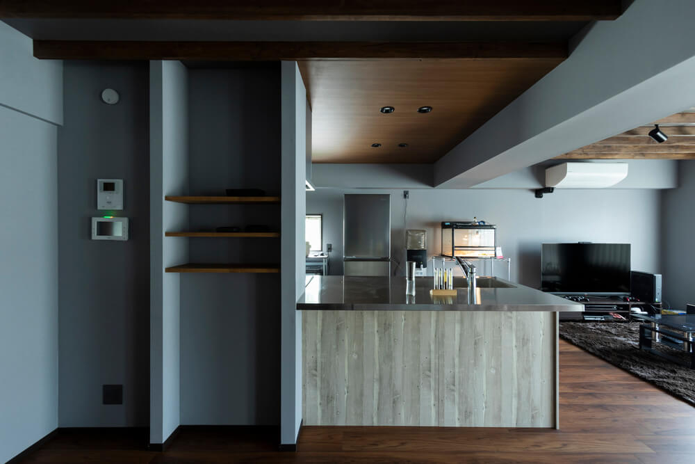 スタイリッシュさの中にあたたかみを感じさせる木とステンレスのキッチン