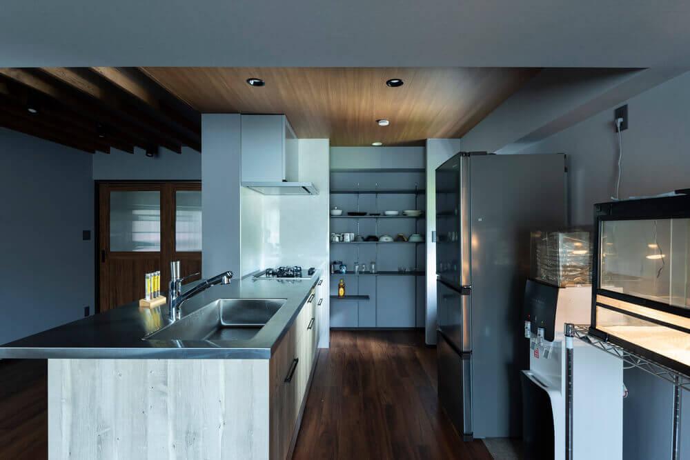 スパイスカレー作りが趣味の施主様。広い作業スペース、パントリー収納を設けたキッチン