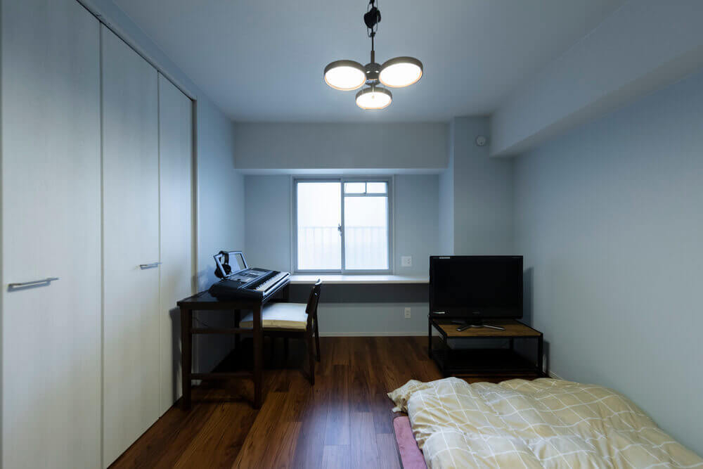 部屋でダーツを楽しめるよう壁一面に防音施工。窓には断熱効果も期待できる二重サッシ