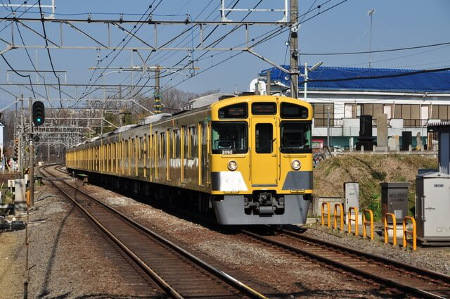 秋津駅入車する普通列車
